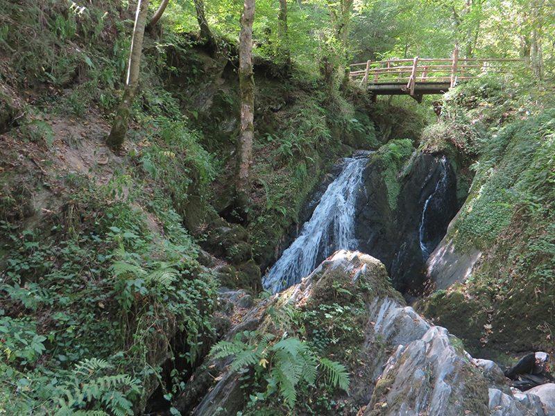 Eindrücklich auch bei wenig Wasser: der Wasserall der Wilden Endert rauscht am Fuß der Brücke über bemoostes Felsengestein