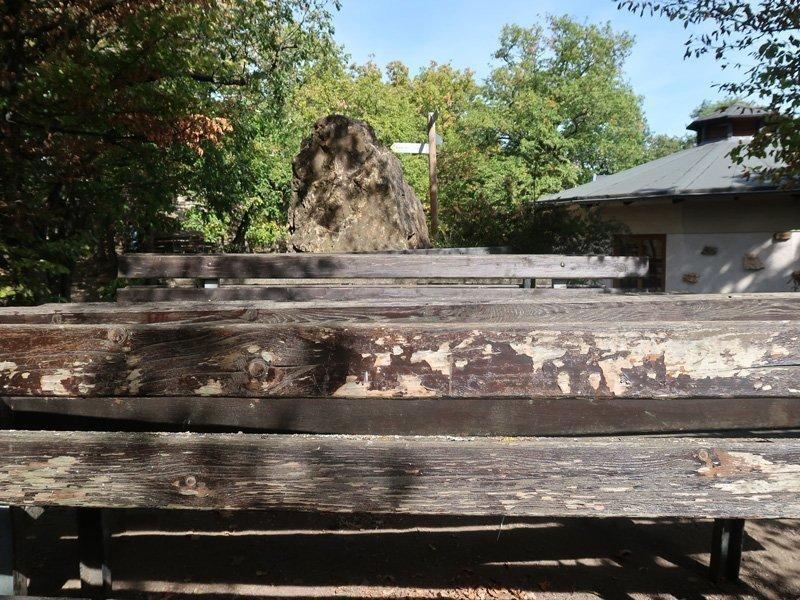 Leere Sitzbänke, rechts angeschnitten die Krausberghütte, alles menschenleer