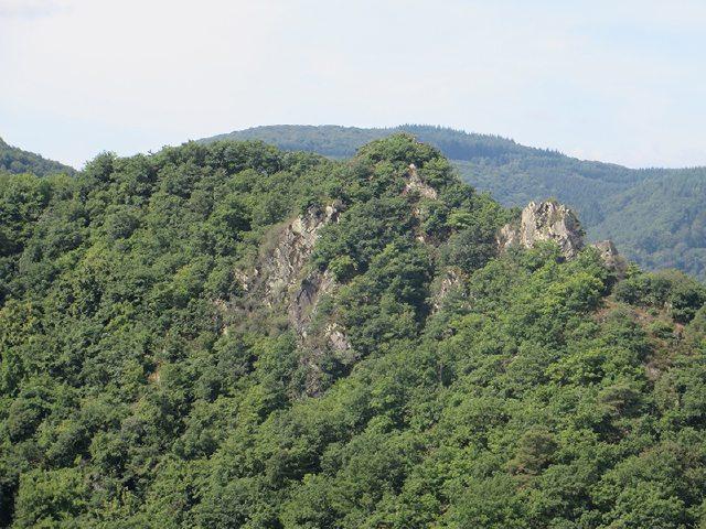 Gegenüber von Burg Are lockt der Gipfel der Engelsley den mutigen Wanderer