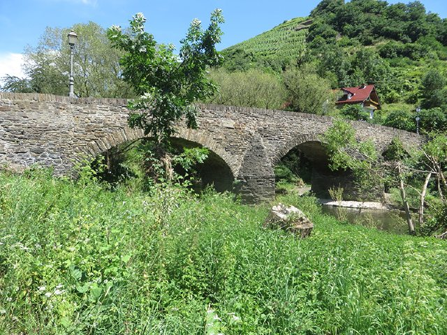 Bei Steinbergsmühle führt uns diese malerische Steinbrücke wieder über die Ahr hinüber (Foto: Hans-Joachim Schneider)