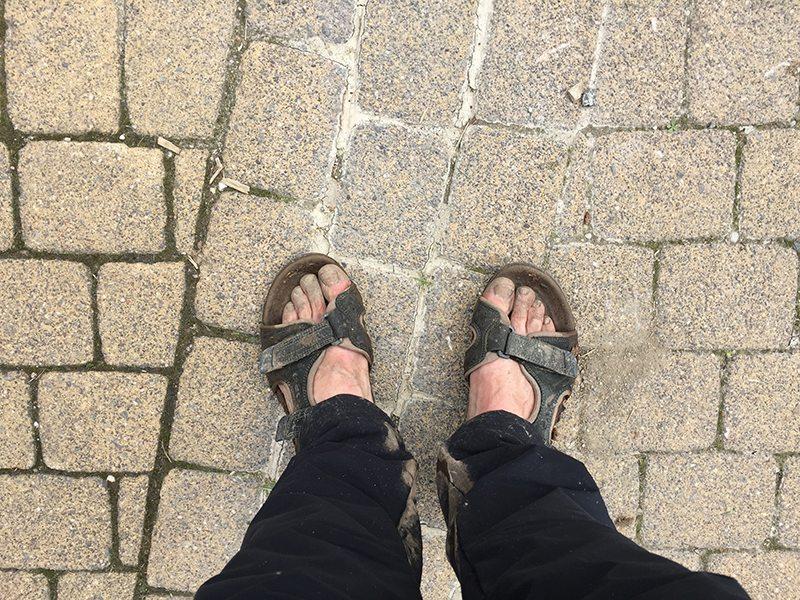 Hier steht ein Bild mit dem Titel: Passend zum Blog: Meine Outdoorsandalen nach einer Schlammschlacht (Foto: Hans-Joachim Schneider)