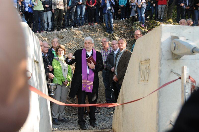 Die Geierlay-Hängeseibrücke wird vor der Eröffnung durch einen Priester feierlich gesegnet