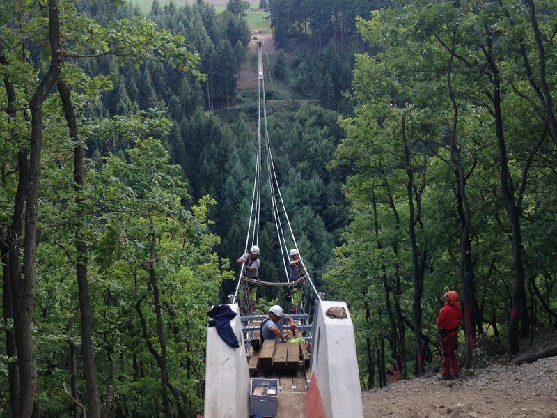 300 Meter weit schwingt sich die Geieray-Hängebrücke über das Tal in etwa 100 Metern Höhe