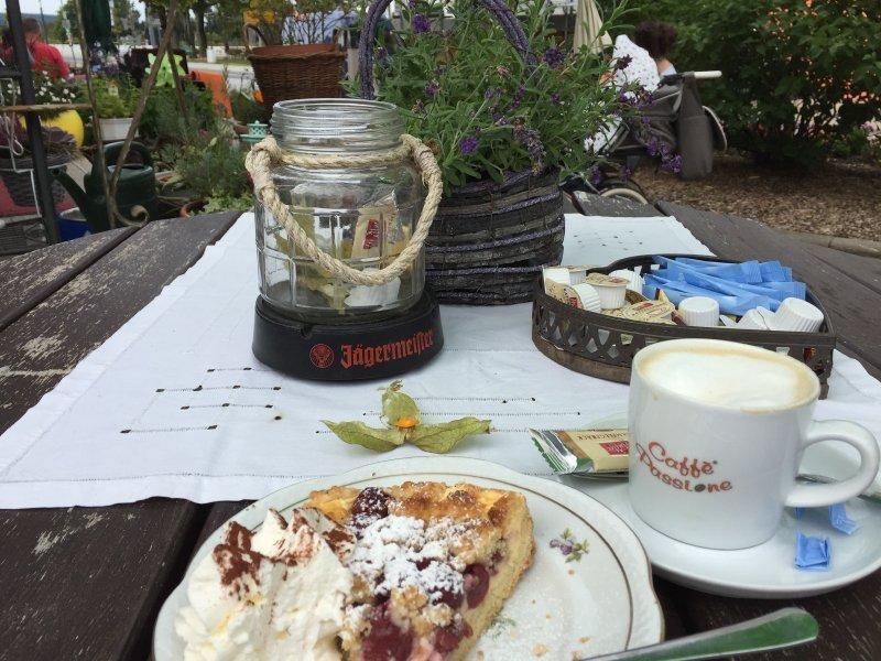 Kuchen, Kaffee, Teller, Blumen draußen,