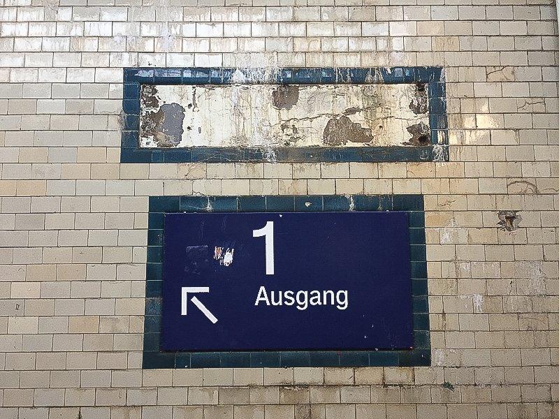 Nein, nicht erstklassig, leidglich ein Hinweis auf Gleis 1 (Foto: Hans-Joachim Schneider)