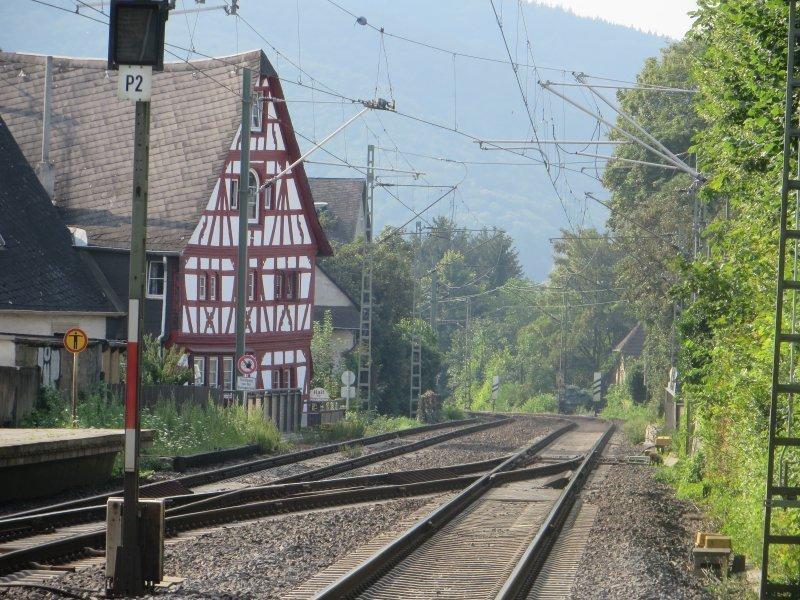 Geleise, Rhens, Bahnhof, Fachwerk, Fachwerkhaus: Das alte Fachwerkhaus wacht über die Gleise der Rheinstrecke