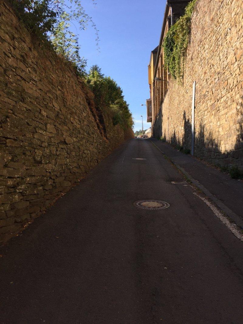 Auf dem sonnenbeschienen Weg am Kloster vorbei finden wir den Einstieg in diese AhrSteig-Etappe