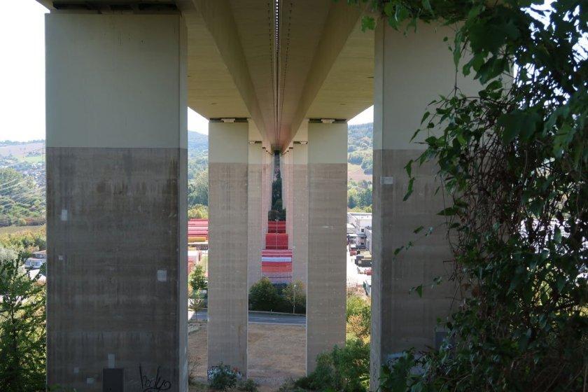 Autobahnbrücke der A61 über das Ahrtal von unten