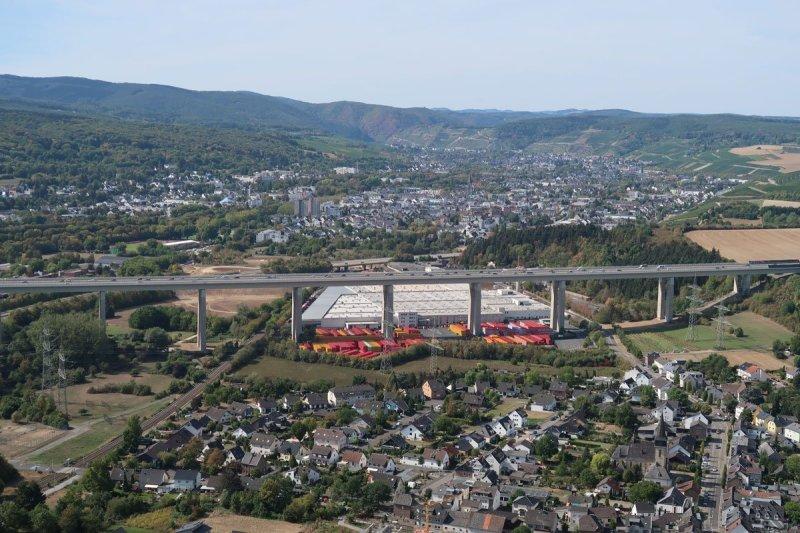 Blick von der Landskrone über Heppingen, dahinter die Autobahnbrücke, Bad Neuenahr-Ahrweiler und die Höhenzüge des Ahrgebirges