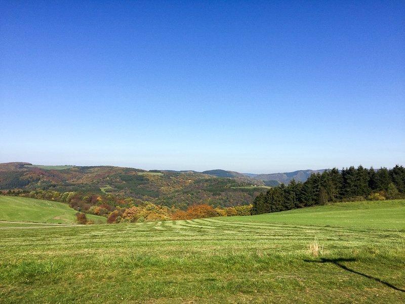Diese AhrSteig-Etappe führt über die Dümpelhardt. Beim Blick weit über die benachbarten Höhen gehen das Auge und das Herz auf.