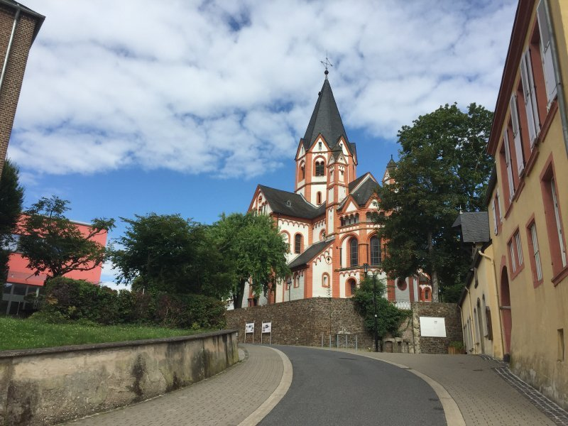 Über die Straße am Zehnthof erreichen wir die Basilika St. Peter – für uns inoffizielles Ende des gesamten Ahrsteigs.