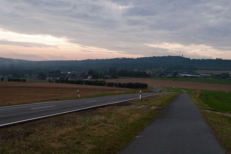 Herbstliches Grau prägt die Morgenstimmung auf meinem Weg zum Saar-Hunsrück-Steig – nur an wenigen Stellen bricht dezent das Licht der Morgensonne durch (Foto: H.-J. Schneider