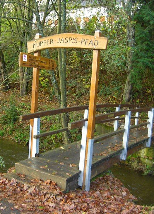 Ein Tor, eine schmale Holzbrücke, der Einstieg zur Tour