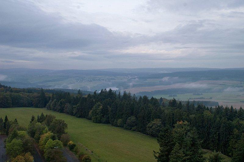 In der gegenüberliegenden Richtung grüßen die Steinbachtalsperre und das alte Köhlerdorf Langweiler (Foto: H.-J. Schneider)