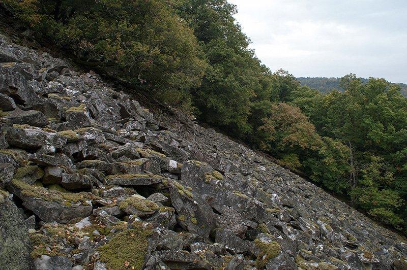 Unwegsames Steinmeer, die sogenannte Rosselhalde am Saar-Hunsrück-Steig