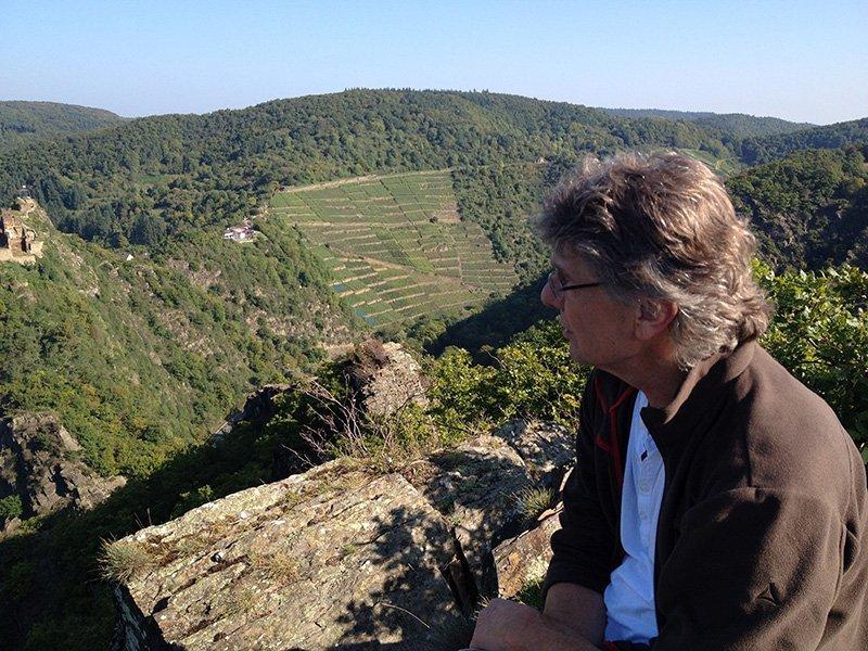 Der Autor blickt auf das unten im Tal liegende Ahrtal
