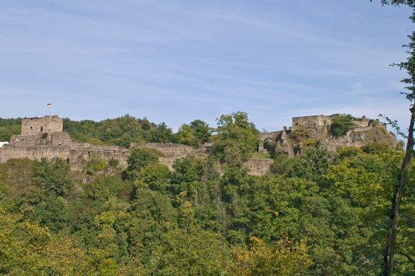 Blick auf die große Ruine der Schmidtburg von unterwegs