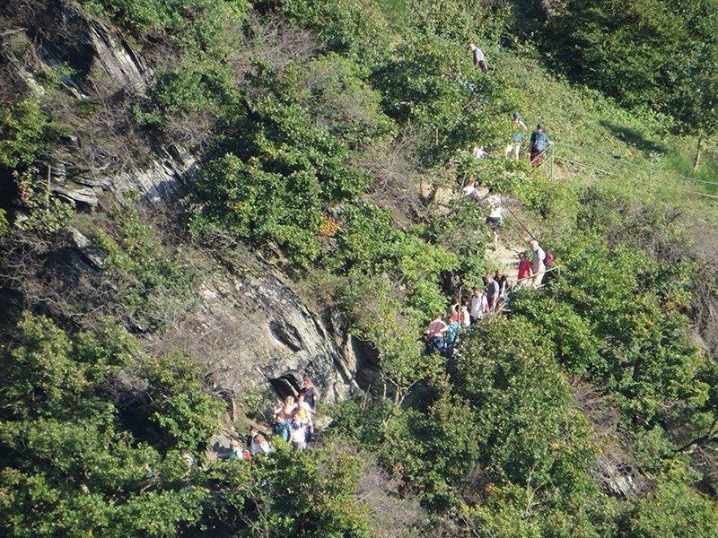 Ein Blick von der Saffenburg zum gegenüberliegenden Hang, ein Wanderweg mit vielen Menschen: der Rotweinwanderweg