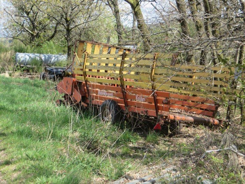 Erntewagen und anderes ausgedehntes Gerät wird einfach im Wald entsorgt.