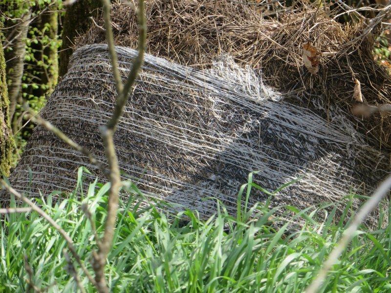 Heubollen im Kunststoffnetz rotten vor sich hin.