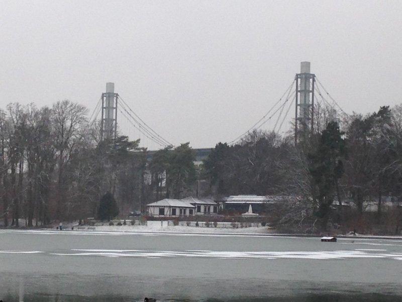 Grau ragen aus dem winterlichen Morgendunst zwei Flutlichtmasten des Stadions
