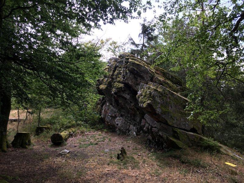 HIer an diesem Block versteckt sich der Hexentanzplatz, hier beginnt die Kletterpartie über die Felsen auf der Wildenburg