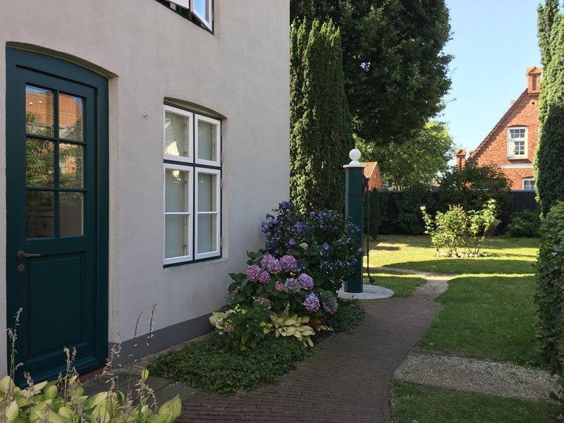 Eingang zum Theodor-Storm-Haus in Husum, rechts der Weg zum Garten mit dem alten Brunnen