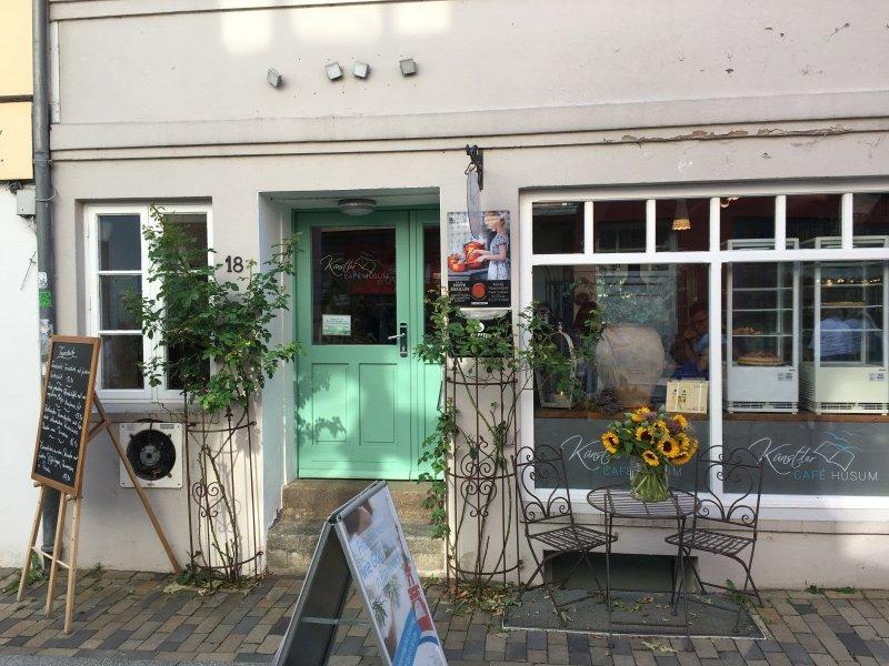 Kleines buntes Künstler-Café im Herzen der Husumer Altstadt