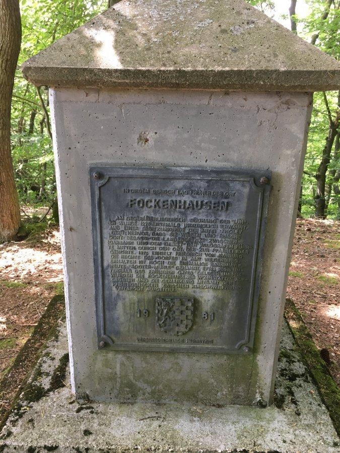 Hinweisstein mit der Aufschrift, dass sich hier einmal eine Siedlung befand