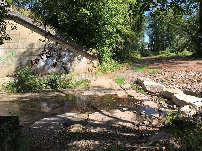 Flussüberquerung auf Felsbrocken