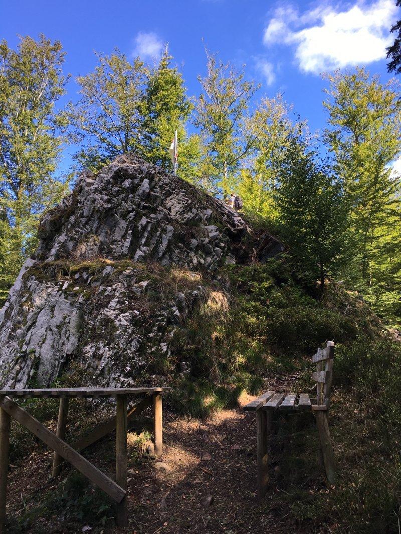Ein einzelner Felsbrocken, vielleicht fünf Meter hoch, erhebt sich über dem Himmelssteig