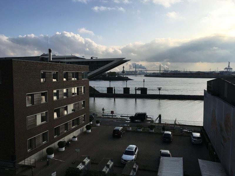 Blick auf die Elbe, das Dockland-Haus und die Kräne im Hintergrund