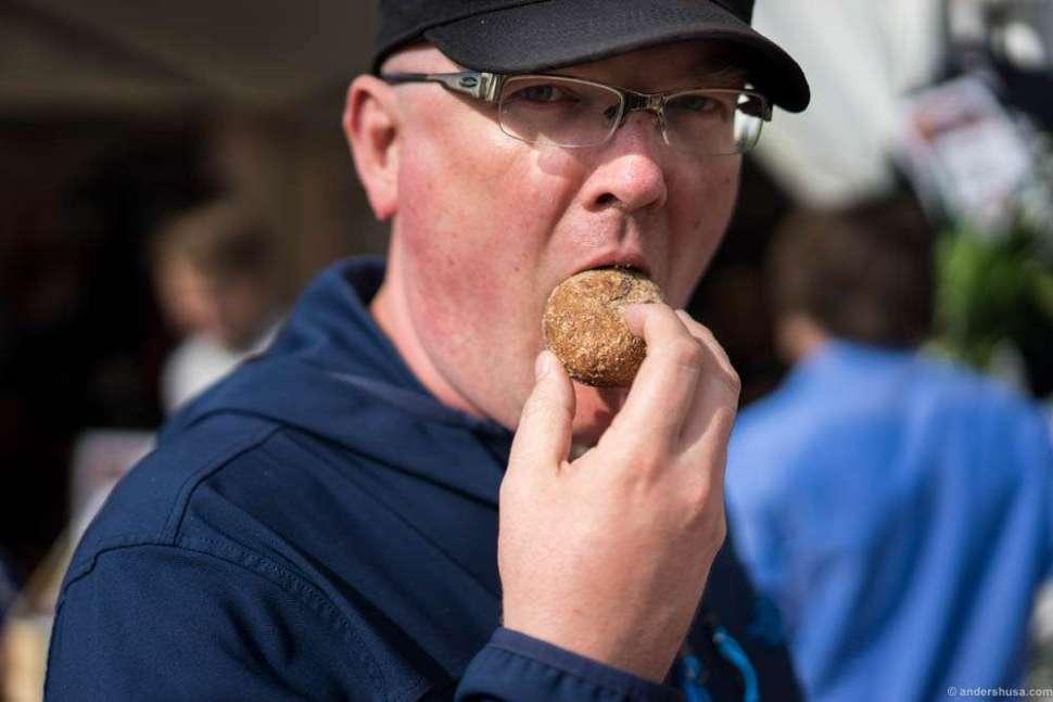 Hobbykokken demonstrates how to eat sour cream balls