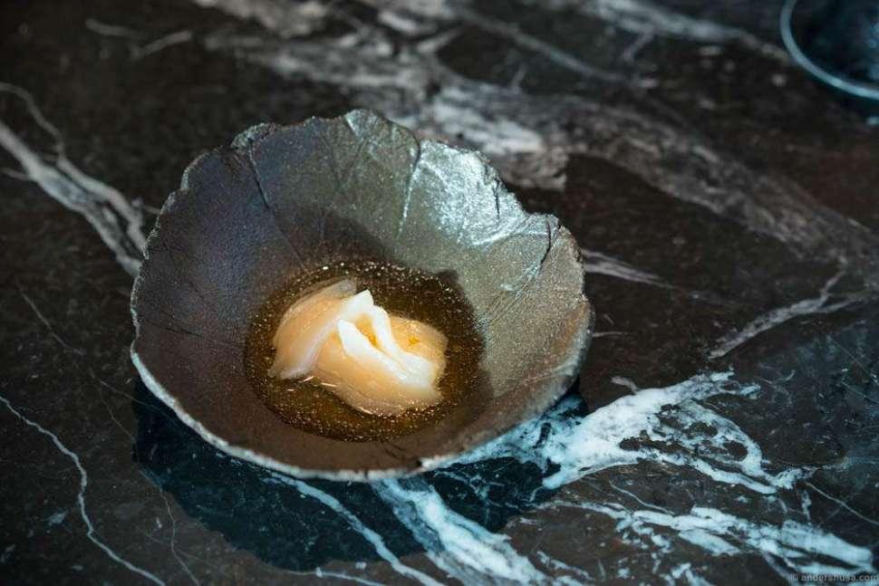Scallops from Frøya marinated in fermented tea (kombucha), smoked cream underneath, white currants and heather.