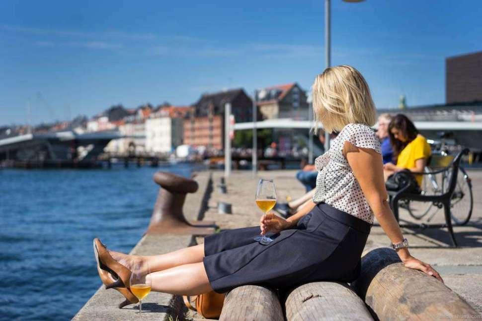 Linn Johnsen, aka Vinstudinen, enjoys the sun before we have desserts