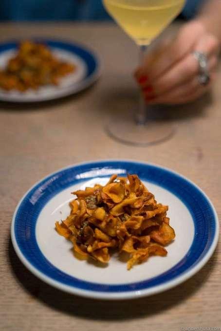 Tartare, tarragon emulsion, pickled shitake mushrooms and crispy Jerusalem artichoke chips
