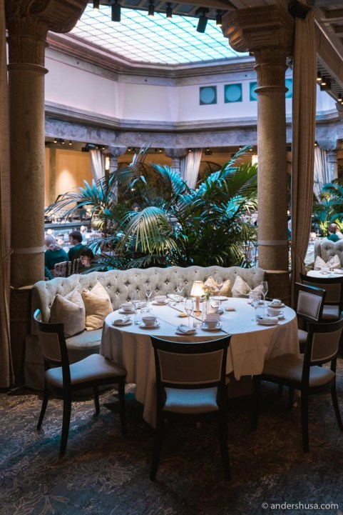 The most magnificent room in the hotel is the Palm Court (Palmehaven).