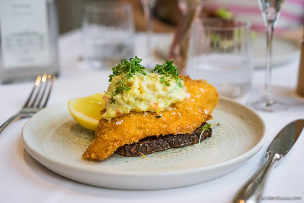 Fried filet of plaice with remoulade and lemon.