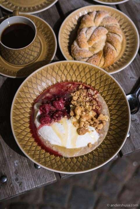Borgmästargården's porridge with vanilla whipped cream, caramel, and raspberries.