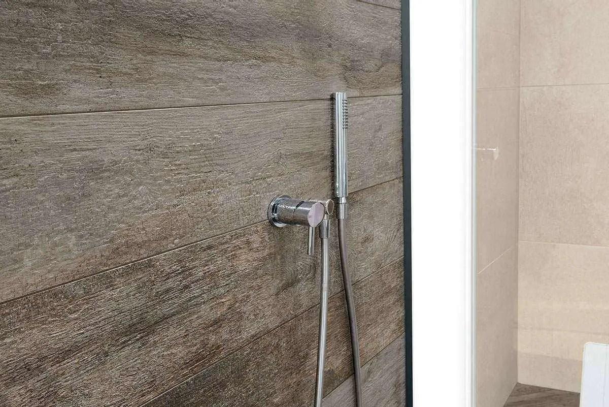Collezione noon il miglior gres italiano effetto legno entra in bagno - Posa piastrelle parete ...