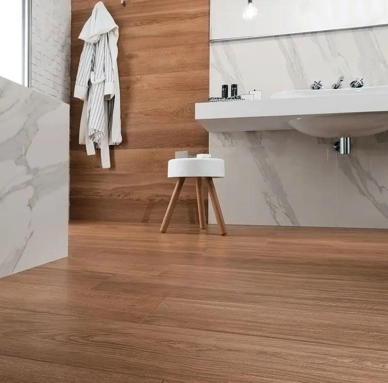Pavimento effetto legno e parete effetto marmo bianco andhome - Pavimento bagno effetto legno ...