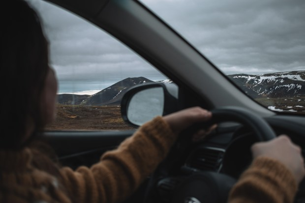 driving along the peninsula | REYKJANES PENINSULA TRAVEL GUIDE AND ITINERARY | www.andiamoaurora.com | Explore Iceland's Reykjanes Peninsula with a one-day road trip with more than 20-must see sites