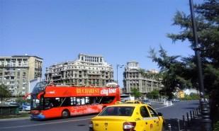 Turiștii preferă autobuzele, eu zic că e mai haios să iei orașul la pas.