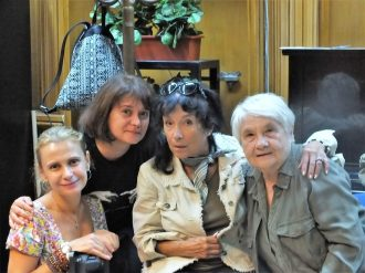 Mărunțica (Annemary Ziegler), Ruja (Jeanine Stavarache) și bunica (Alexandrina Halic)