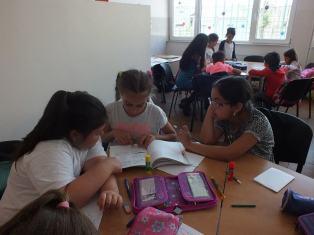 Fetele din clasa a III-a citeau de zor Experimentul Martinel / The Teddy B. Experiment