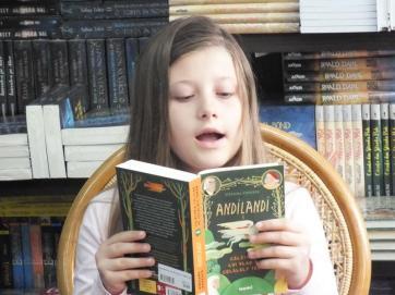 "ANDILANDI la Librăria ""Donaris"" din Galați / Amira Coman, citind din primul volum al seriei ""Andilandi"""