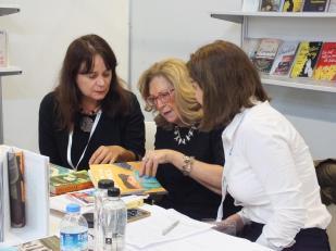 Cu doamna Nevra Bucak am vorbit prin translator, ceea ce a fost cam ciudat la început, cel puțin pentru mine, dar Arzu Oren traducea atât de repede, încât am reușit să ne înțelegem, ba chiar să ne și prezentăm una alteia cărțile.