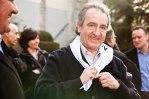 Buscant un registre molt més informal, Bartumeu es nua al coll un dels mocadors que el PS va regalar durant la fideuada popular que va encetar la campanya de 2011. Vestuari de carrer, sense americana i sense corbata.