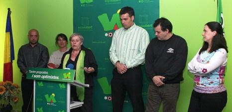 Intervenció durant una presentació anterior a la campanya de 2011 on es veu, un altre cop, com integra el color verd del partit en la seva indumentària, en aquesta ocasió amb collaret i foulard.