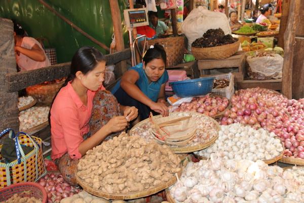 Mercado Local Nyaung-Oo-Andorreando por el Mundo